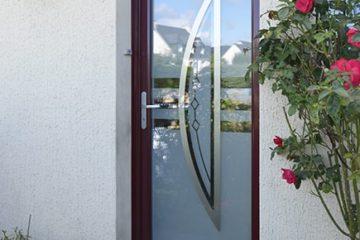 Option vitrage décoratif pour cette porte d'entrée suisse Tryba